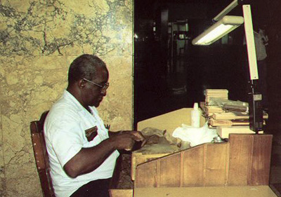 Man produces cigars in Havana Libre